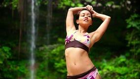 Bailarín atractivo en la cascada en la selva tropical de Borneo metrajes