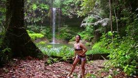 Bailarín atractivo en la cascada en la selva tropical de Borneo almacen de metraje de vídeo