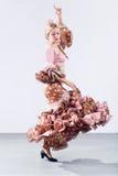 Bailarín bastante joven del flamenco en vestido hermoso fotografía de archivo libre de regalías