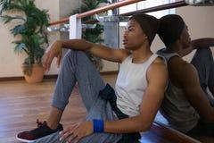 Bailarín cansado que se sienta en el estudio Fotografía de archivo