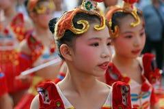 Bailarín chino en traje tradicional en el festival internacional del folclore para los niños y los pescados de oro de la juventud Fotos de archivo