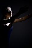 Bailarín clásico del adolescente que concentra durante tiro medio del ensayo Imagen de archivo