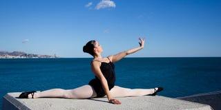 Bailarín clásico muy flexible delante del mar Mediterráneo Imagen de archivo libre de regalías