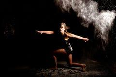 Bailarín contemporáneo del polvo oscuro Fotos de archivo libres de regalías