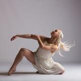 Bailarín contemporáneo rubio hermoso - actitud del piso Imagen de archivo libre de regalías