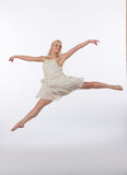 Bailarín contemporáneo rubio hermoso - salto partido Foto de archivo libre de regalías