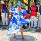 Bailarín de Afrocuban y grupo tradicional de la música Fotografía de archivo