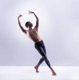 Bailarín de ballet atlético en una ejecución perfecta de la forma Imagenes de archivo