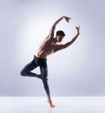 Bailarín de ballet atlético en una ejecución perfecta de la forma Fotos de archivo