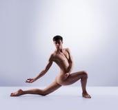 Bailarín de ballet atlético en una ejecución perfecta de la forma Fotografía de archivo