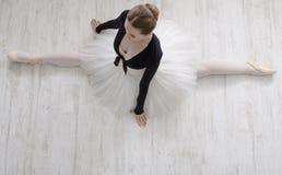 Bailarín de ballet clásico en el retrato de la fractura, visión superior Imagenes de archivo
