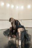 Bailarín de ballet contemporáneo en una silla de madera en una repetición imágenes de archivo libres de regalías