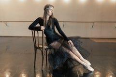 Bailarín de ballet contemporáneo en una silla de madera en una repetición imagenes de archivo