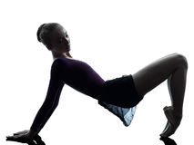 Bailarín de ballet de la bailarina de la mujer joven que estira calentando silho Foto de archivo