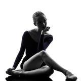 Bailarín de ballet de la bailarina de la mujer joven que estira guerra Imágenes de archivo libres de regalías