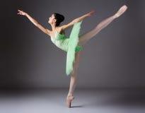 Bailarín de ballet de sexo femenino Imágenes de archivo libres de regalías