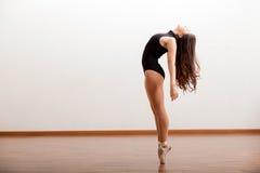 Bailarín de ballet de sexo femenino atractivo Foto de archivo libre de regalías