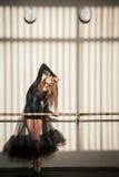 Bailarín de ballet de sexo femenino magnífico que se coloca en la pared Imagen de archivo libre de regalías