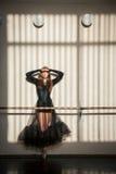 Bailarín de ballet de sexo femenino magnífico que se coloca en la pared Fotografía de archivo libre de regalías