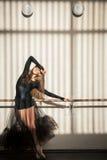 Bailarín de ballet de sexo femenino magnífico que se coloca en la pared Foto de archivo