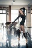 Bailarín de ballet de sexo femenino que presenta en un toptoe en una clase de danza Foto de archivo libre de regalías