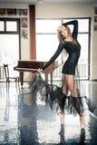 Bailarín de ballet de sexo femenino que presenta en un toptoe en una clase de danza Imágenes de archivo libres de regalías