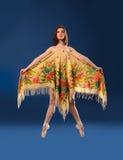 Bailarín de ballet de sexo femenino que salta con el pañuelo Foto de archivo