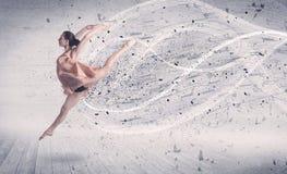 Bailarín de ballet del funcionamiento que salta con la partícula de la explosión de la energía Imagen de archivo