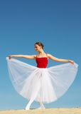 Bailarín de ballet en la arena imagen de archivo libre de regalías