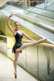 Bailarín de ballet en la escalera móvil Imágenes de archivo libres de regalías