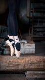 Bailarín de ballet en un haz Imagen de archivo