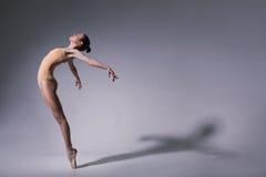 Bailarín de ballet hermoso joven en traje de baño beige Imágenes de archivo libres de regalías