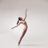 Bailarín de ballet hermoso joven en traje de baño beige Imagen de archivo