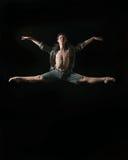 Bailarín de ballet joven dansing en el fondo blanco Imágenes de archivo libres de regalías