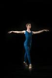 Bailarín de ballet joven dansing en el fondo blanco Imagenes de archivo