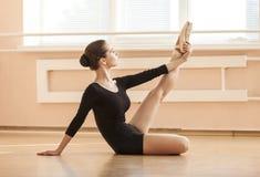 Bailarín de ballet joven que realiza ejercicio Imagen de archivo
