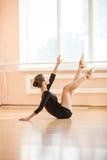 Bailarín de ballet joven que realiza ejercicio Foto de archivo