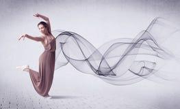 Bailarín de ballet moderno que se realiza con remolino abstracto Fotografía de archivo libre de regalías