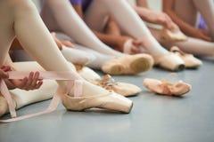 Bailarín de ballet que ata los zapatos de ballet Fotografía de archivo libre de regalías