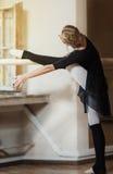 Bailarín de ballet que ejercita en la barra Foto de archivo libre de regalías