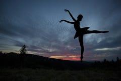 Bailarín de ballet que presenta durante la puesta del sol Fotos de archivo