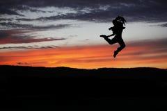 Bailarín de ballet que presenta durante la puesta del sol Fotografía de archivo