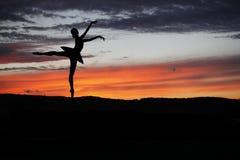 Bailarín de ballet que presenta durante la puesta del sol Imágenes de archivo libres de regalías