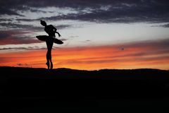 Bailarín de ballet que presenta durante la puesta del sol Fotografía de archivo libre de regalías