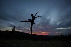 Bailarín de ballet que presenta durante la puesta del sol Imagen de archivo