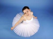 Bailarín de ballet que presenta en el tutú blanco Fotos de archivo libres de regalías
