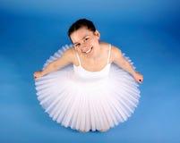Bailarín de ballet que presenta en el tutú blanco Imagen de archivo libre de regalías