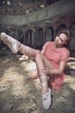 Bailarín de ballet que presenta en iglesia Imagenes de archivo