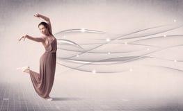 Bailarín de ballet que realiza danza moderna con las líneas abstractas Imágenes de archivo libres de regalías
