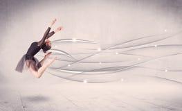 Bailarín de ballet que realiza danza moderna con las líneas abstractas Fotos de archivo